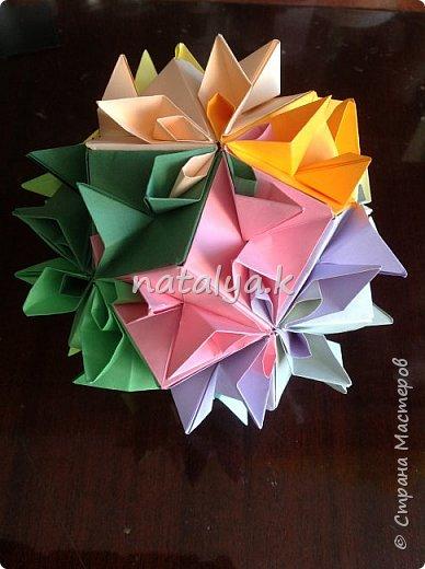 """Кусудама """"Поцелуй сакуры"""". Делала по этому мастер-классу: https://stranamasterov.ru/node/1096161 (хотя их в интернете очень много). Я решила сделать ее разноцветной (здесь и далее я фотографировала с разных ракурсов, чтобы показать большинство используемых цветов) фото 2"""