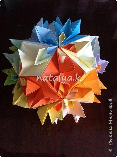 """Кусудама """"Поцелуй сакуры"""". Делала по этому мастер-классу: https://stranamasterov.ru/node/1096161 (хотя их в интернете очень много). Я решила сделать ее разноцветной (здесь и далее я фотографировала с разных ракурсов, чтобы показать большинство используемых цветов) фото 3"""