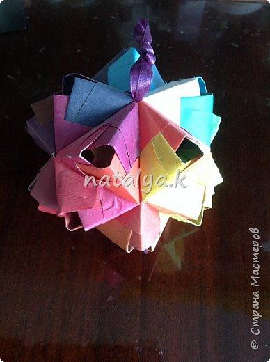 """Кусудама """"Поцелуй сакуры"""". Делала по этому мастер-классу: https://stranamasterov.ru/node/1096161 (хотя их в интернете очень много). Я решила сделать ее разноцветной (здесь и далее я фотографировала с разных ракурсов, чтобы показать большинство используемых цветов) фото 9"""