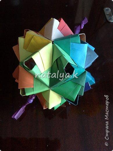 """Кусудама """"Поцелуй сакуры"""". Делала по этому мастер-классу: https://stranamasterov.ru/node/1096161 (хотя их в интернете очень много). Я решила сделать ее разноцветной (здесь и далее я фотографировала с разных ракурсов, чтобы показать большинство используемых цветов) фото 10"""