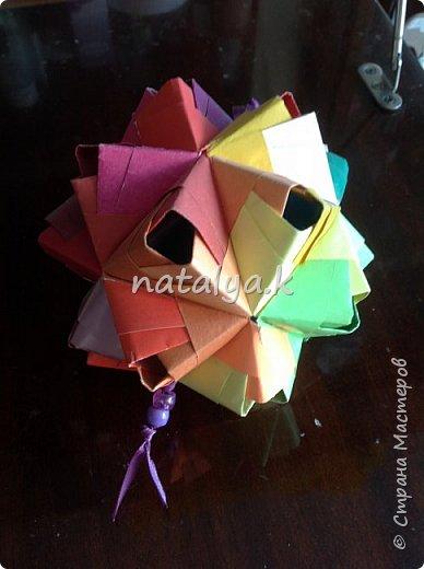 """Кусудама """"Поцелуй сакуры"""". Делала по этому мастер-классу: https://stranamasterov.ru/node/1096161 (хотя их в интернете очень много). Я решила сделать ее разноцветной (здесь и далее я фотографировала с разных ракурсов, чтобы показать большинство используемых цветов) фото 11"""
