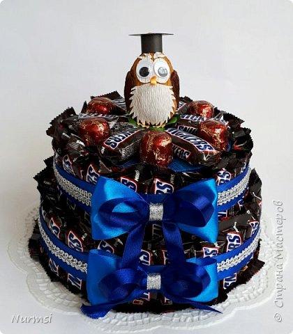 Вот такой тортик для любителя Snickers.  Мальчик, юноша и даже взрослый мужчина обрадуется такому подарку... В составе : mini Snickers,  Lorentini  - 1 кг, яйцо Kinder  surprise. Конфетки закреплены с помощью ленточки и легко извлекаются. фото 1