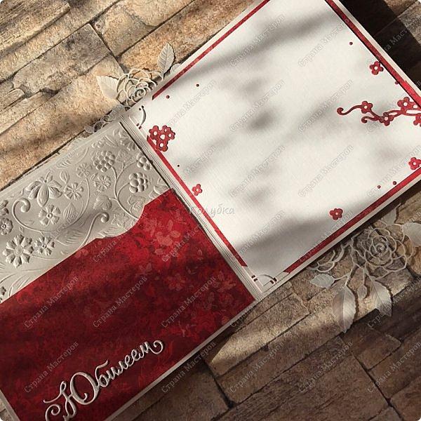 На днях попросили сделать открытку на юбилей, а цвет забыли уточнить:) Я сделала в благородно розовом цвете:)) И как, это бывает... через пару дней мне написали про цвет:) Оговорюсь, заказчик не знал, что розовая уже готова. Время позволяло и я сделала вторую, красную:) А какую в итоге заберут, не знаю пока:))) фото 9