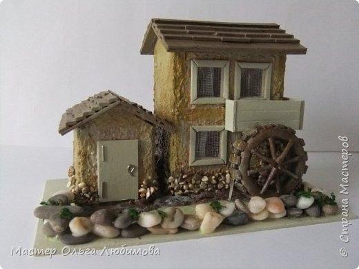 Домики бывают разные: деревянные и каменные, с маленьким садиком или верандой. А еще домики бывают с водяными мельницами. Как правило, строятся такие домики на берегу реки или озера. И шум воды нисколько не мешает его обитателям. Ведь мельница-это часть их жизни. Высота домика с мельницей примерно 10 см. Знаете, мне так давно хотелось сделать что-то необычное, в смысле домика. Много пересмотрела фотографий в Интернете. И все не то. И вдруг чисто случайно, не помню даже как это вышло, какой поиск я задала, нашла домик с водяной мельницей и небольшой пристройкой. И все... остановить меня было уже невозможно. фото 1