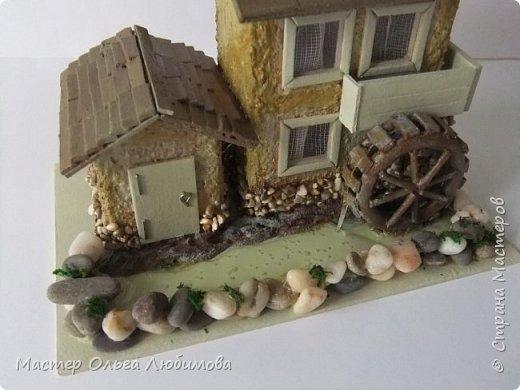 Домики бывают разные: деревянные и каменные, с маленьким садиком или верандой. А еще домики бывают с водяными мельницами. Как правило, строятся такие домики на берегу реки или озера. И шум воды нисколько не мешает его обитателям. Ведь мельница-это часть их жизни. Высота домика с мельницей примерно 10 см. Знаете, мне так давно хотелось сделать что-то необычное, в смысле домика. Много пересмотрела фотографий в Интернете. И все не то. И вдруг чисто случайно, не помню даже как это вышло, какой поиск я задала, нашла домик с водяной мельницей и небольшой пристройкой. И все... остановить меня было уже невозможно. фото 2