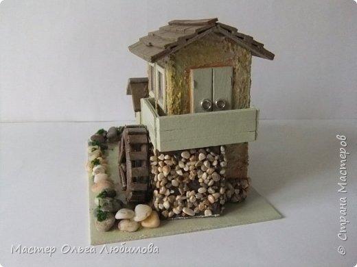 Домики бывают разные: деревянные и каменные, с маленьким садиком или верандой. А еще домики бывают с водяными мельницами. Как правило, строятся такие домики на берегу реки или озера. И шум воды нисколько не мешает его обитателям. Ведь мельница-это часть их жизни. Высота домика с мельницей примерно 10 см. Знаете, мне так давно хотелось сделать что-то необычное, в смысле домика. Много пересмотрела фотографий в Интернете. И все не то. И вдруг чисто случайно, не помню даже как это вышло, какой поиск я задала, нашла домик с водяной мельницей и небольшой пристройкой. И все... остановить меня было уже невозможно. фото 4