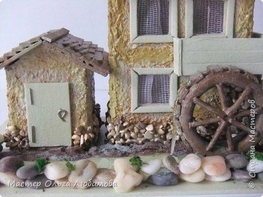 Домики бывают разные: деревянные и каменные, с маленьким садиком или верандой. А еще домики бывают с водяными мельницами. Как правило, строятся такие домики на берегу реки или озера. И шум воды нисколько не мешает его обитателям. Ведь мельница-это часть их жизни. Высота домика с мельницей примерно 10 см. Знаете, мне так давно хотелось сделать что-то необычное, в смысле домика. Много пересмотрела фотографий в Интернете. И все не то. И вдруг чисто случайно, не помню даже как это вышло, какой поиск я задала, нашла домик с водяной мельницей и небольшой пристройкой. И все... остановить меня было уже невозможно. фото 6
