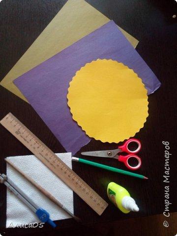 Итак, я вернулась спустя 2 года)))  Я хочу рассказать и показать, как сделать бумажный пион: им можно украсить дом, крупную открытку или просто сохранить на память.  Нам понадобятся: циркуль, круг диаметром 20 см из картона(в моём случае - жёлтого), можно сделать ему красивый волнистый край фигурными ножницами; два листа двусторонней(!) бумаги зелёного(для листиков) и любого другого цвета(для самого цветка); ножницы, клей ПВА, карандаш, линейка, кисточка (чтобы намазывать место склейки) и салфетка(чтобы убирать лишний клей). фото 1