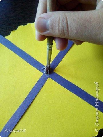 Итак, я вернулась спустя 2 года)))  Я хочу рассказать и показать, как сделать бумажный пион: им можно украсить дом, крупную открытку или просто сохранить на память.  Нам понадобятся: циркуль, круг диаметром 20 см из картона(в моём случае - жёлтого), можно сделать ему красивый волнистый край фигурными ножницами; два листа двусторонней(!) бумаги зелёного(для листиков) и любого другого цвета(для самого цветка); ножницы, клей ПВА, карандаш, линейка, кисточка (чтобы намазывать место склейки) и салфетка(чтобы убирать лишний клей). фото 4