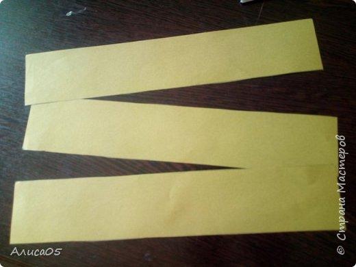 Итак, я вернулась спустя 2 года)))  Я хочу рассказать и показать, как сделать бумажный пион: им можно украсить дом, крупную открытку или просто сохранить на память.  Нам понадобятся: циркуль, круг диаметром 20 см из картона(в моём случае - жёлтого), можно сделать ему красивый волнистый край фигурными ножницами; два листа двусторонней(!) бумаги зелёного(для листиков) и любого другого цвета(для самого цветка); ножницы, клей ПВА, карандаш, линейка, кисточка (чтобы намазывать место склейки) и салфетка(чтобы убирать лишний клей). фото 6