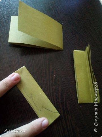 Итак, я вернулась спустя 2 года)))  Я хочу рассказать и показать, как сделать бумажный пион: им можно украсить дом, крупную открытку или просто сохранить на память.  Нам понадобятся: циркуль, круг диаметром 20 см из картона(в моём случае - жёлтого), можно сделать ему красивый волнистый край фигурными ножницами; два листа двусторонней(!) бумаги зелёного(для листиков) и любого другого цвета(для самого цветка); ножницы, клей ПВА, карандаш, линейка, кисточка (чтобы намазывать место склейки) и салфетка(чтобы убирать лишний клей). фото 7