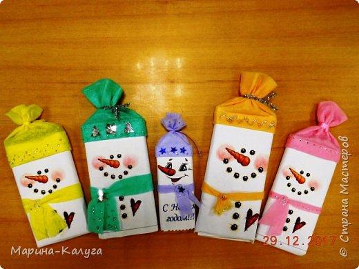 Всем добрый день! На дворе лето, а я с новогодними подарками. Вот такими маленькими подарочками поздравляла коллег с Новым годом.За идею и шаблоны снеговичков спасибо Марине (Raketa). Как делать сани и оленей нашла в интернете. Всем спасибо за идеи! фото 4