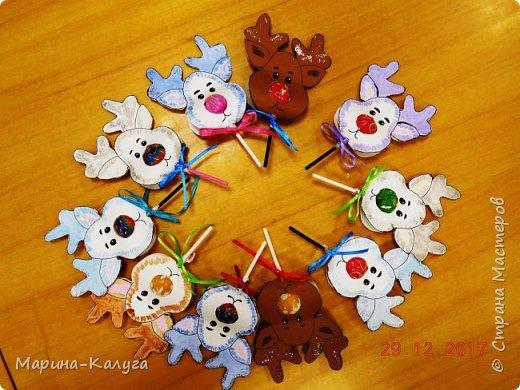 Всем добрый день! На дворе лето, а я с новогодними подарками. Вот такими маленькими подарочками поздравляла коллег с Новым годом.За идею и шаблоны снеговичков спасибо Марине (Raketa). Как делать сани и оленей нашла в интернете. Всем спасибо за идеи! фото 9