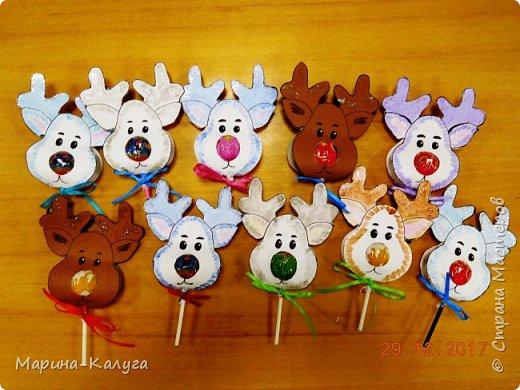 Всем добрый день! На дворе лето, а я с новогодними подарками. Вот такими маленькими подарочками поздравляла коллег с Новым годом.За идею и шаблоны снеговичков спасибо Марине (Raketa). Как делать сани и оленей нашла в интернете. Всем спасибо за идеи! фото 8