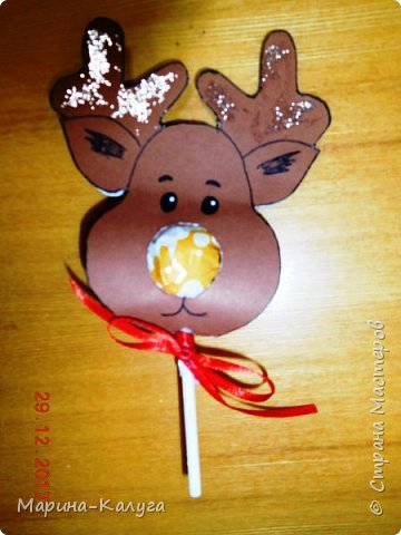 Всем добрый день! На дворе лето, а я с новогодними подарками. Вот такими маленькими подарочками поздравляла коллег с Новым годом.За идею и шаблоны снеговичков спасибо Марине (Raketa). Как делать сани и оленей нашла в интернете. Всем спасибо за идеи! фото 11