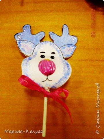 Всем добрый день! На дворе лето, а я с новогодними подарками. Вот такими маленькими подарочками поздравляла коллег с Новым годом.За идею и шаблоны снеговичков спасибо Марине (Raketa). Как делать сани и оленей нашла в интернете. Всем спасибо за идеи! фото 12