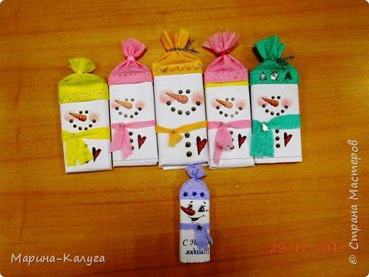 Всем добрый день! На дворе лето, а я с новогодними подарками. Вот такими маленькими подарочками поздравляла коллег с Новым годом.За идею и шаблоны снеговичков спасибо Марине (Raketa). Как делать сани и оленей нашла в интернете. Всем спасибо за идеи! фото 5