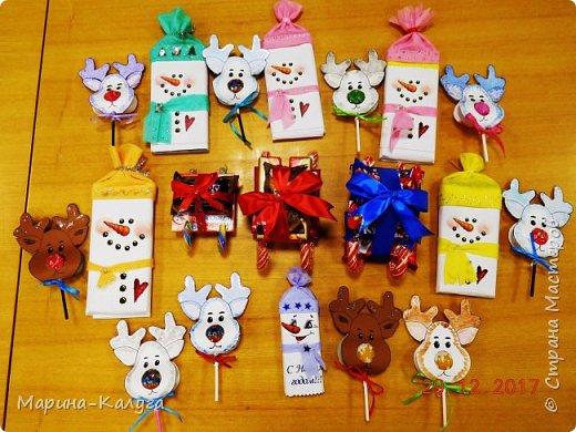 Всем добрый день! На дворе лето, а я с новогодними подарками. Вот такими маленькими подарочками поздравляла коллег с Новым годом.За идею и шаблоны снеговичков спасибо Марине (Raketa). Как делать сани и оленей нашла в интернете. Всем спасибо за идеи! фото 1