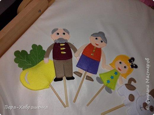 """Здравствуйте! Хочу показать наше выполненное домашнее задание для детского сада) Это кукольный театр по сказке """"Репка"""".    Событие совпало с желанием опробовать такой материал как фетр.  """"Декорации"""")  фото 3"""