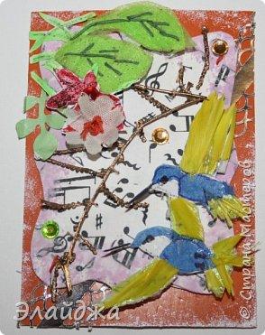 Мой большой долгострой.  Птички  то-ли колибри..то-ли просто райские... Долго их делала. Сначали все мелкие детальки вырезала из цветной папиросной бумаги, клеила..откладывала... но мне все не нравилось. Потом решила не мудрить и вырезать  крылышки и хвостики из цветных перышек. Каждой птичке по цветному перу!  Все цветочки объемные и украшены  стразиками и блестящим глитером. Листики прошиты вручную , к основе  блестяший зеленый фатин ( или как то этот странный материал называется) Веточка золоченая приехала со мной из Польши, там перед костелом их  под НГ раздавали . Так что сборная композиция  .Если моим кредиторам понравится-буду рада.   фото 3