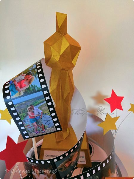 """Оскароносный торт-кинолента был сотворен в качестве подарка женщине на 55-й юбилей. Золотая статуэтка """"Оскар"""" присуждается за лучшую женскую роль, сыгранную в самом оригинальном сценарии собственной жизни.  Нашей жизни кинолента. (автор Татьяна Кужельная)  Быстро годы вереницей  Свой листают календарь,  Отрываются страницы,  Безоглядно мчатся в даль.   Нашей жизни кинолента  Крутит кадры не спеша,  В ней любимые моменты  Убегают в никуда.   За рассветами закаты,  За зимою лето вновь...  И мелькают наши даты,  Нам слегка волнуя кровь.   Мы опять с тобою вспомним,  Что давно уже прошло,  И с улыбкою просмотрим  Жизни лучшее кино.   фото 2"""