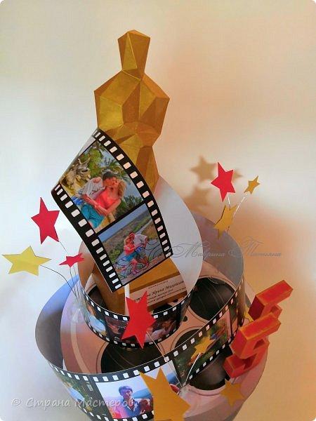 """Оскароносный торт-кинолента был сотворен в качестве подарка женщине на 55-й юбилей. Золотая статуэтка """"Оскар"""" присуждается за лучшую женскую роль, сыгранную в самом оригинальном сценарии собственной жизни.  Нашей жизни кинолента. (автор Татьяна Кужельная)  Быстро годы вереницей  Свой листают календарь,  Отрываются страницы,  Безоглядно мчатся в даль.   Нашей жизни кинолента  Крутит кадры не спеша,  В ней любимые моменты  Убегают в никуда.   За рассветами закаты,  За зимою лето вновь...  И мелькают наши даты,  Нам слегка волнуя кровь.   Мы опять с тобою вспомним,  Что давно уже прошло,  И с улыбкою просмотрим  Жизни лучшее кино.   фото 3"""