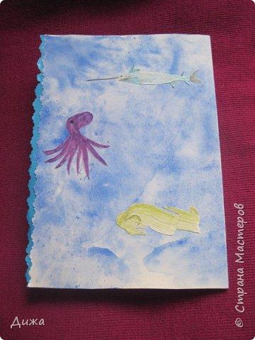 Всем приветик! И снова мы уезжали... Продолжаю показывать свои открытки :-)  Сегодня хочу вам показать двадцать третью открытку, которую я сделала для одноклассника. Он тоже любит всё морское :-) Фон нарисовала акварельными красками, приклеила нарисованные карандашами рыбки. Из бумажной салфетки смастерила водоросли.  После того как открытку сделала, решила создать и серию АТС  карточек вот здесь https://stranamasterov.ru/node/1145535. фото 10