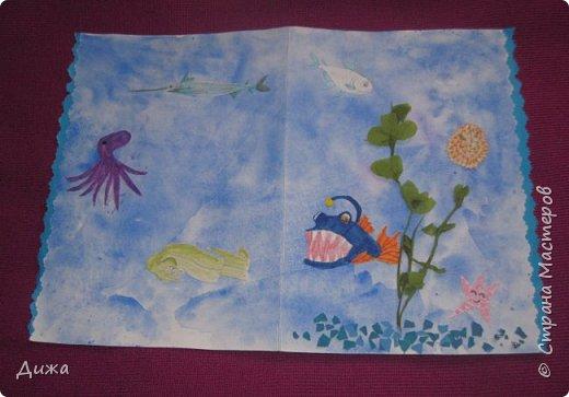 Всем приветик! И снова мы уезжали... Продолжаю показывать свои открытки :-)  Сегодня хочу вам показать двадцать третью открытку, которую я сделала для одноклассника. Он тоже любит всё морское :-) Фон нарисовала акварельными красками, приклеила нарисованные карандашами рыбки. Из бумажной салфетки смастерила водоросли.  После того как открытку сделала, решила создать и серию АТС  карточек вот здесь https://stranamasterov.ru/node/1145535. фото 14