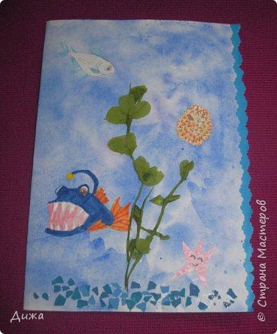 Всем приветик! И снова мы уезжали... Продолжаю показывать свои открытки :-)  Сегодня хочу вам показать двадцать третью открытку, которую я сделала для одноклассника. Он тоже любит всё морское :-) Фон нарисовала акварельными красками, приклеила нарисованные карандашами рыбки. Из бумажной салфетки смастерила водоросли.  После того как открытку сделала, решила создать и серию АТС  карточек вот здесь https://stranamasterov.ru/node/1145535. фото 1