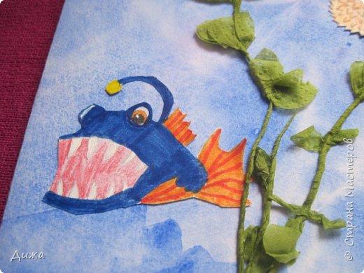 Всем приветик! И снова мы уезжали... Продолжаю показывать свои открытки :-)  Сегодня хочу вам показать двадцать третью открытку, которую я сделала для одноклассника. Он тоже любит всё морское :-) Фон нарисовала акварельными красками, приклеила нарисованные карандашами рыбки. Из бумажной салфетки смастерила водоросли.  После того как открытку сделала, решила создать и серию АТС  карточек вот здесь https://stranamasterov.ru/node/1145535. фото 2