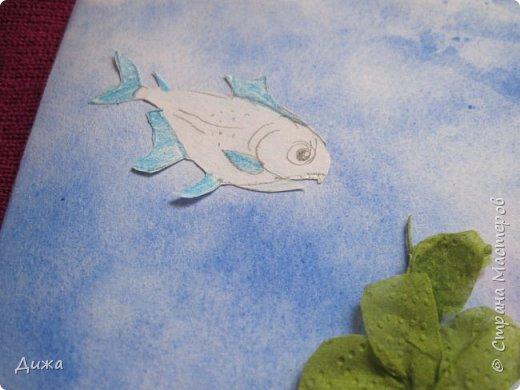 Всем приветик! И снова мы уезжали... Продолжаю показывать свои открытки :-)  Сегодня хочу вам показать двадцать третью открытку, которую я сделала для одноклассника. Он тоже любит всё морское :-) Фон нарисовала акварельными красками, приклеила нарисованные карандашами рыбки. Из бумажной салфетки смастерила водоросли.  После того как открытку сделала, решила создать и серию АТС  карточек вот здесь https://stranamasterov.ru/node/1145535. фото 3