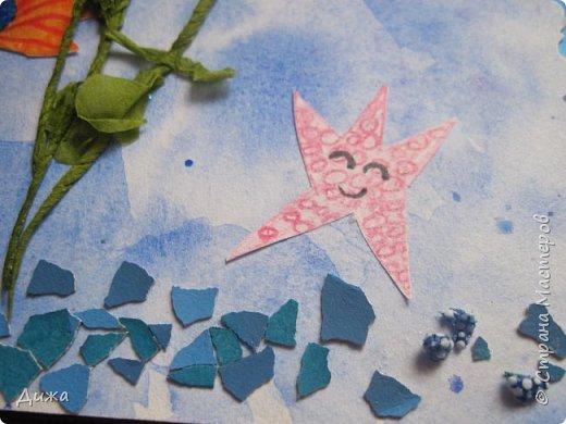 Всем приветик! И снова мы уезжали... Продолжаю показывать свои открытки :-)  Сегодня хочу вам показать двадцать третью открытку, которую я сделала для одноклассника. Он тоже любит всё морское :-) Фон нарисовала акварельными красками, приклеила нарисованные карандашами рыбки. Из бумажной салфетки смастерила водоросли.  После того как открытку сделала, решила создать и серию АТС  карточек вот здесь https://stranamasterov.ru/node/1145535. фото 5