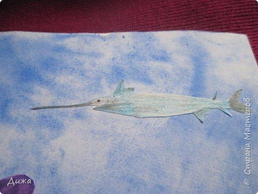 Всем приветик! И снова мы уезжали... Продолжаю показывать свои открытки :-)  Сегодня хочу вам показать двадцать третью открытку, которую я сделала для одноклассника. Он тоже любит всё морское :-) Фон нарисовала акварельными красками, приклеила нарисованные карандашами рыбки. Из бумажной салфетки смастерила водоросли.  После того как открытку сделала, решила создать и серию АТС  карточек вот здесь https://stranamasterov.ru/node/1145535. фото 12