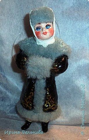 Здравствуйте!  Хоть до Новогодних праздников ещё далеко, но я уже к ним готовлюсь. Вот закончила работу над набором ёлочных игрушек. Основной материал - вата. Лица вылеплены из полимерной глины.   Расписаны  игрушки акрилом .  Для украшения использовала мех, кружево и бусины. фото 11
