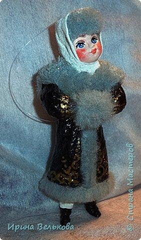 Здравствуйте!  Хоть до Новогодних праздников ещё далеко, но я уже к ним готовлюсь. Вот закончила работу над набором ёлочных игрушек. Основной материал - вата. Лица вылеплены из полимерной глины.   Расписаны  игрушки акрилом .  Для украшения использовала мех, кружево и бусины. фото 12