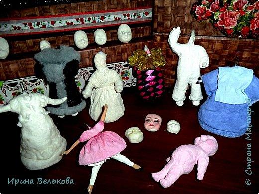 Здравствуйте!  Хоть до Новогодних праздников ещё далеко, но я уже к ним готовлюсь. Вот закончила работу над набором ёлочных игрушек. Основной материал - вата. Лица вылеплены из полимерной глины.   Расписаны  игрушки акрилом .  Для украшения использовала мех, кружево и бусины. фото 4