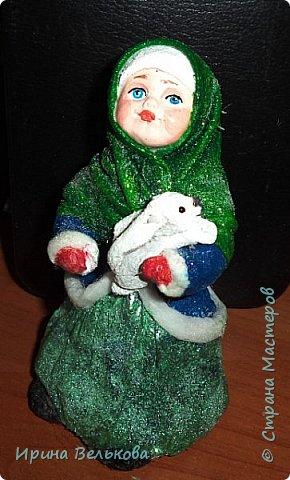 Здравствуйте!  Хоть до Новогодних праздников ещё далеко, но я уже к ним готовлюсь. Вот закончила работу над набором ёлочных игрушек. Основной материал - вата. Лица вылеплены из полимерной глины.   Расписаны  игрушки акрилом .  Для украшения использовала мех, кружево и бусины. фото 26