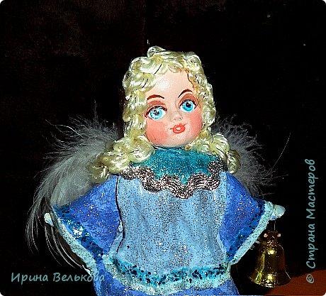 Здравствуйте!  Хоть до Новогодних праздников ещё далеко, но я уже к ним готовлюсь. Вот закончила работу над набором ёлочных игрушек. Основной материал - вата. Лица вылеплены из полимерной глины.   Расписаны  игрушки акрилом .  Для украшения использовала мех, кружево и бусины. фото 24