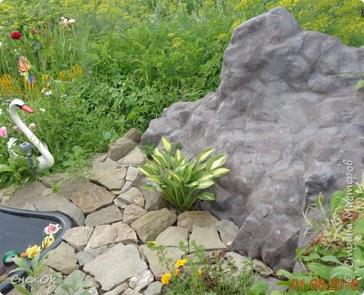 Небольшая декоративная скала-валун из бетона фото 2