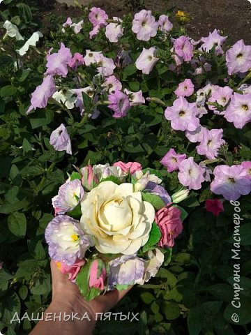 Доброго времени суток.Рада,что заглянули посмотреть мою работу:-)Представляю на ваш суд композицию из садовых и плетистых роз,эустома и гортензий.Очень нежная композиция уехала к своей обладательнице в Амурскую область.Для хорошего и доброго человека лепилось очень легко:-) фото 5