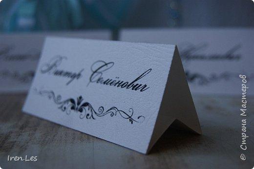 Здравствуйте, жители Страны!!! Хочу показать вам свадебный комплект, который делала на заказ. Замуж выходила подруга моей дочки. и заказала мне сделать ей на свадьбу подушечку для колец, свадебную казну, бокалы и рассадочные карточки. Свадьба планировалась в бело - бирюзово - серебряных цветах. Но акцент попросили сделать на бирюзе. Долго не могли определится на оттенках бирюзы. Поэтому подушечку сделала в двух  оттенках. Покажу обе подушечки. Они совершенно одинаковые, только у первой более насыщенный цвет, а у второй более нежный. Невеста выбрала вторую. На этом фото первый вариант. фото 16