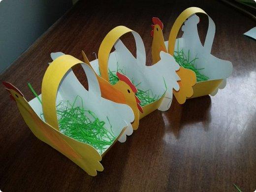 Эти курочки-корзинки я делала на Пасху детям, которые приходили к нам в гости. В середину клала крашеное яичко и конфеты. но вы можете положить что угодно. фото 1
