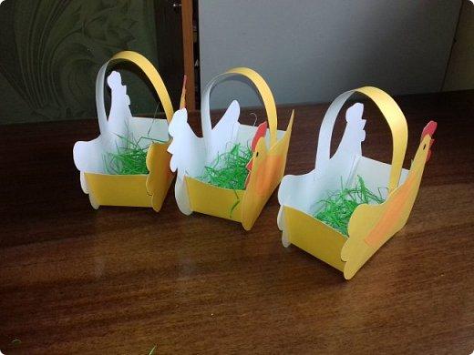 Эти курочки-корзинки я делала на Пасху детям, которые приходили к нам в гости. В середину клала крашеное яичко и конфеты. но вы можете положить что угодно. фото 7