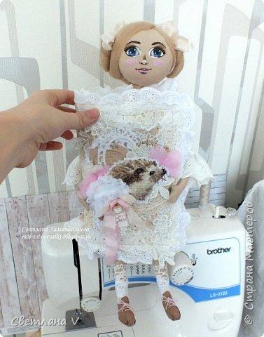 Решила показать одну из любимых своих работ, этот блокнот с держателем я делала для себя: для хранения вязальных принадлежностей, схем салфеток и вышивок. К тому же я давно засматривалась на текстильных кукол и все не решалась сделать подобное, а тут пришла идея сделать интерьерную вещь: фото 2