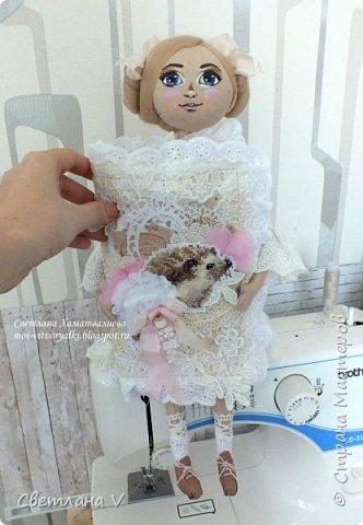 Решила показать одну из любимых своих работ, этот блокнот с держателем я делала для себя: для хранения вязальных принадлежностей, схем салфеток и вышивок. К тому же я давно засматривалась на текстильных кукол и все не решалась сделать подобное, а тут пришла идея сделать интерьерную вещь: фото 3