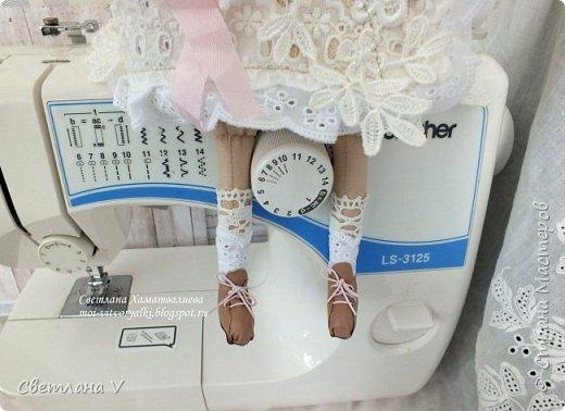 Решила показать одну из любимых своих работ, этот блокнот с держателем я делала для себя: для хранения вязальных принадлежностей, схем салфеток и вышивок. К тому же я давно засматривалась на текстильных кукол и все не решалась сделать подобное, а тут пришла идея сделать интерьерную вещь: фото 4