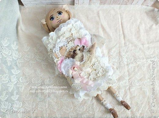 Решила показать одну из любимых своих работ, этот блокнот с держателем я делала для себя: для хранения вязальных принадлежностей, схем салфеток и вышивок. К тому же я давно засматривалась на текстильных кукол и все не решалась сделать подобное, а тут пришла идея сделать интерьерную вещь: фото 5