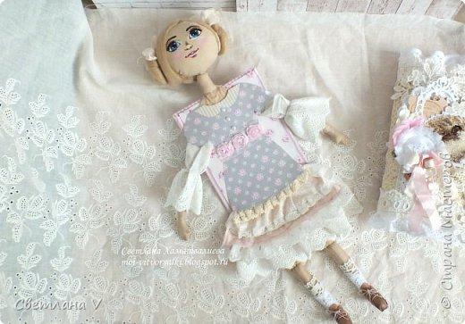 Решила показать одну из любимых своих работ, этот блокнот с держателем я делала для себя: для хранения вязальных принадлежностей, схем салфеток и вышивок. К тому же я давно засматривалась на текстильных кукол и все не решалась сделать подобное, а тут пришла идея сделать интерьерную вещь: фото 7