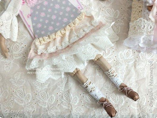 Решила показать одну из любимых своих работ, этот блокнот с держателем я делала для себя: для хранения вязальных принадлежностей, схем салфеток и вышивок. К тому же я давно засматривалась на текстильных кукол и все не решалась сделать подобное, а тут пришла идея сделать интерьерную вещь: фото 8