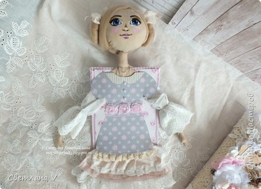 Решила показать одну из любимых своих работ, этот блокнот с держателем я делала для себя: для хранения вязальных принадлежностей, схем салфеток и вышивок. К тому же я давно засматривалась на текстильных кукол и все не решалась сделать подобное, а тут пришла идея сделать интерьерную вещь: фото 10